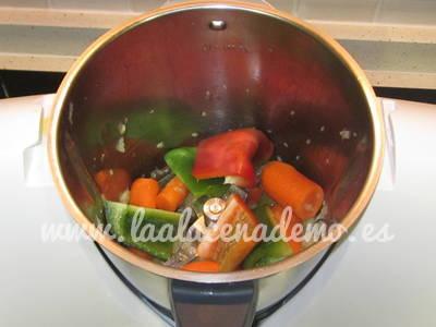 Paso 2: añadir pimiento y zanahoria en trozos.