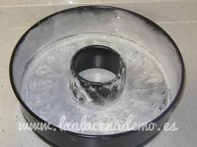 Paso 2: enharinar el molde