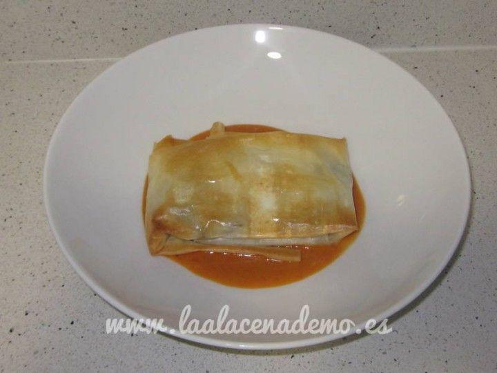 Saquitos de champiñón y queso de cabra con salsa de pimientos de piquillo