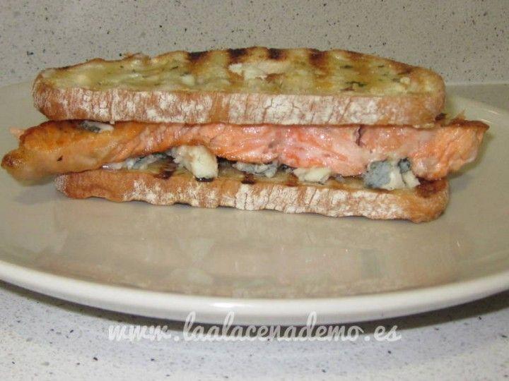 Tosta de salmón con roquefort y mantequilla aromatizada de estragón