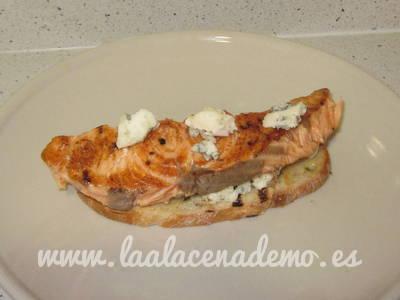 Paso 4: poner el salmón y roquefort encima