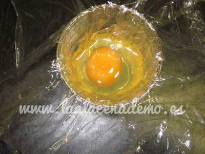 Paso 1: Romper el huevo en el interior del film