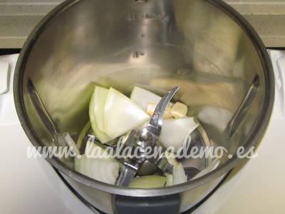 Paso 1: picar la cebolla y el ajo