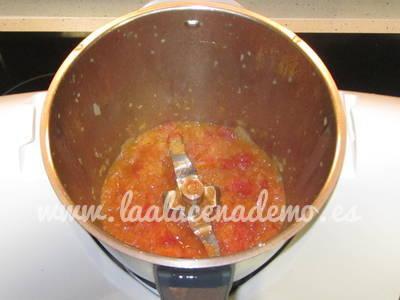 Paso 2: sofreír cebolla y tomate