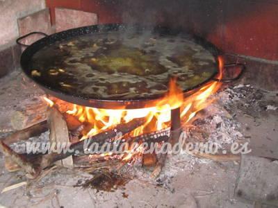 Paso 11: calentar en la paella el caldo y la carne