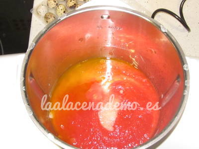 Paso 3: añadir el tomate, sal, azúcar y pimienta