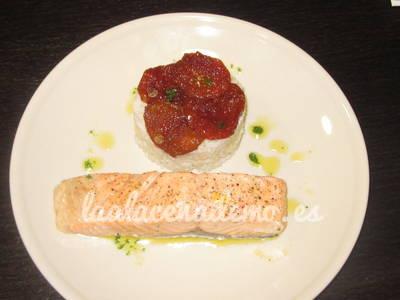 Sugerencia de presentación de la guarnición de arroz blanco con tomates secos