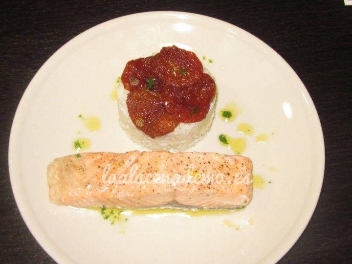Salmón al vapor con guarnición de arroz blanco con tomates secos thermomix