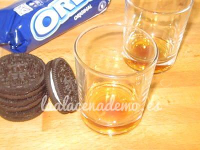 Paso 2: añadir el caramelo en los vasitos