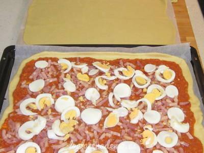 Rellena la empanada con la salsa boloñesa, el bacon y el huevo