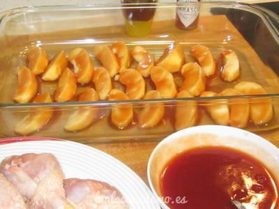 Paso 3: corta la manzana en gajos y pásala por la salsa.
