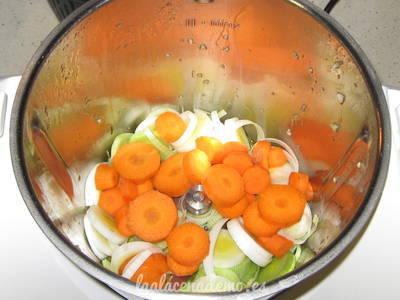 Paso 2: añade el puerro y la zanahoria