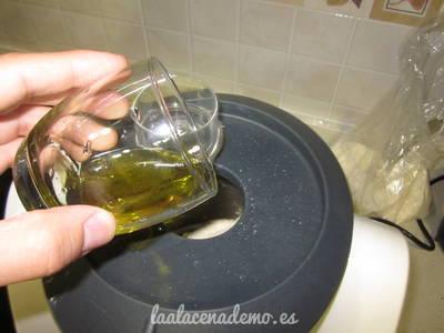 Paso 4: añade el aceite por el bocal