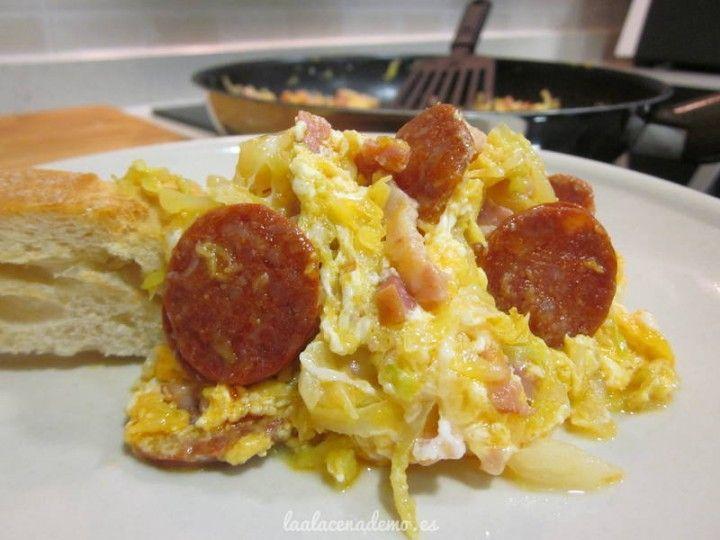Col con bacon, chorizo y huevos rotos