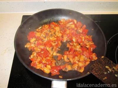 Paso 4: añade el tomate y el champiñón