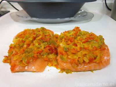 Paso 3: reparte las verduras en el papel, coloca el pescado y cubre con el resto de verdura