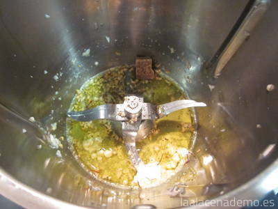 Paso 4: añade la maicena, la pastilla de caldo, pimienta y azafrán.