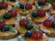 Tostas de queso, salmón y tomate