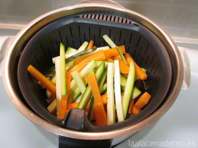 Paso 1: corta el calabacín y la zanahoria en bastoncillos.