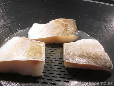 Paso 4: coloca los lomos de bacalao en el recipiente varoma.