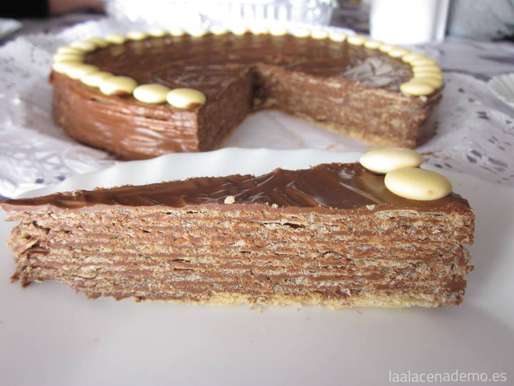 Tarta de 'huesitos' con lacasitos de chocolate blanco