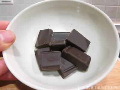Paso 5: derrite chocolate en un cuenco y pasa la punta de los coquitos por el chocolate fundido