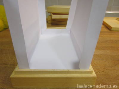 Caja de madera forrada con papel para hacer turrón