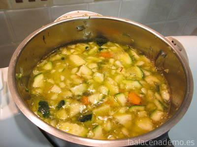 Paso 4: añade las verduras troceadas, agua, sal y azafrán