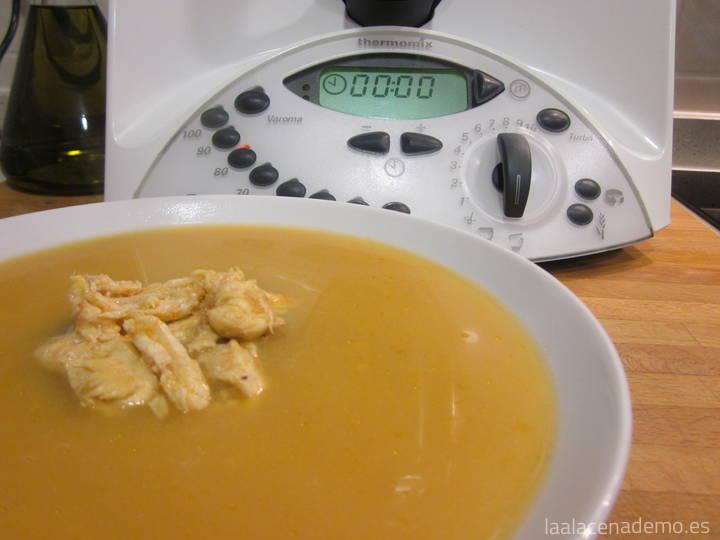 Caldo de pollo con thermomix la alacena de mo for Cuchara para consome