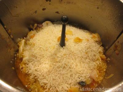 Arroz vaporizado para hacer arroz negro