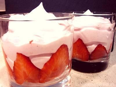 Sirve la espuma de fruta en vasos individuales