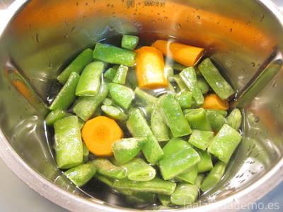 Paso 2: añade el agua, las judías verdes y la zanahoria en el vaso.