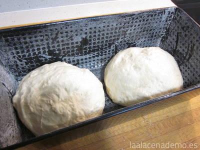 Paso 6: parte la masa en dos, forma dos bolas y colócalas en el plumcake enharinado