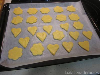 Deja una separación de 1 cm aproximadamente entre las galletas