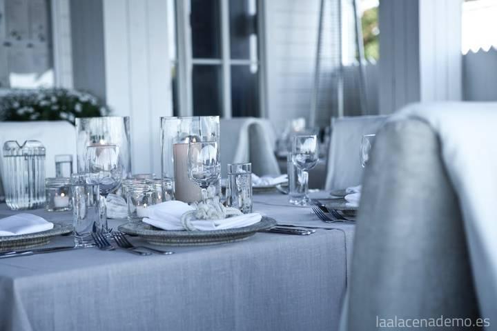 Mesa elegante con mantelería en tonos grises