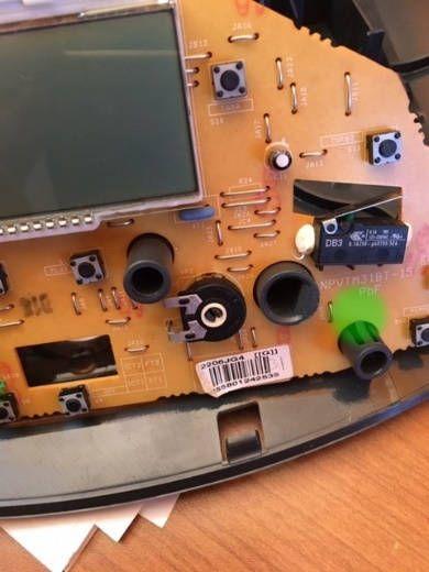 Microcontacto señalado en verde en la imagen