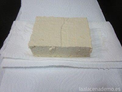 Paso 1: envuelve el tofu en papel de cocina absorbente